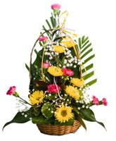 Bloemstuk met chrysanten, anjers, gipskruid en palmen