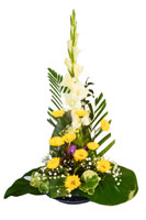 Bloemstuk met gladiolen, chrysanten, gipskruid en wat palmtakken